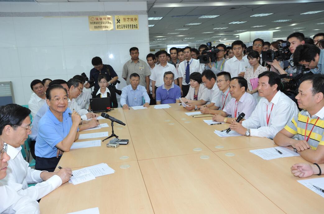 龙8娱乐电脑版企业集团李松炎董事长应邀参加温家宝总理考察广西人才市场时主持召开的企业家代表座谈会。